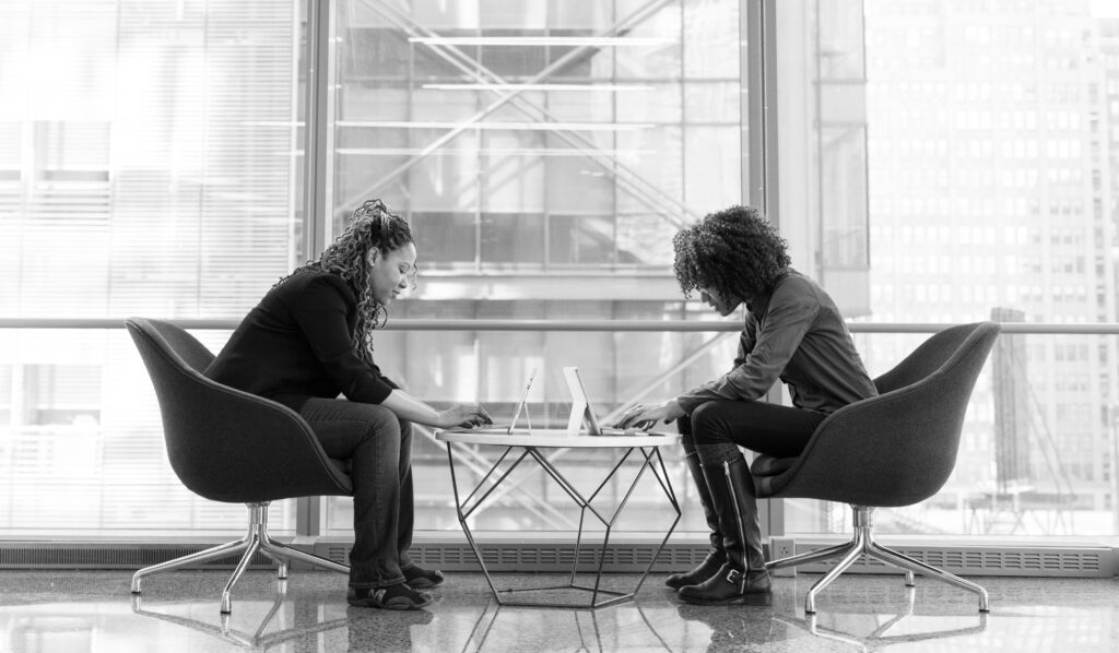 2 vrouwen in overleg op pagina over wat drijft je in je werk