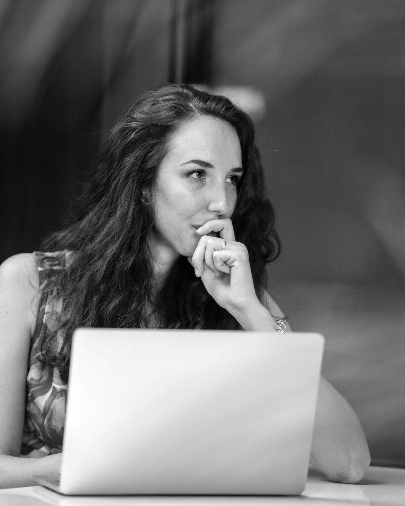 vrouw denkt na over wat belangrijk is in werk